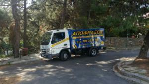 Φορτηγό αποφράξεων της Αποφράξεις Μαρούσι που κινείται στον δρόμο στο Μαρούσι