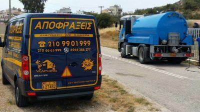Σταματημένο φορτηγό της Αποφράξεις Αργυρούπολη στο δρόμο στην Αργυρούπολη
