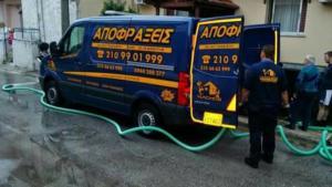 Τεχνικός με το φορτηγό της Αποφράξεις Πετρούπολης εργάζεται σε απόφραξη αποχέτευσης στην Πετρούπολη