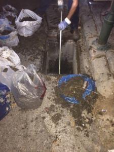 Μπάζα που έβγαλαν οι τεχνικοί της Αποφράξεις Χαλάνδρι από απόφραξη αποχέτευσης στο Χαλάνδρι