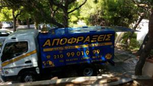 Φορτηγό της ΑΠΟΦΡΑΞΕΙΣ ΓΛΥΦΑΔΑ σε καθαρισμό αποχέτευσης στη Γλυφάδα